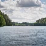 w połowie dlugości jeziora